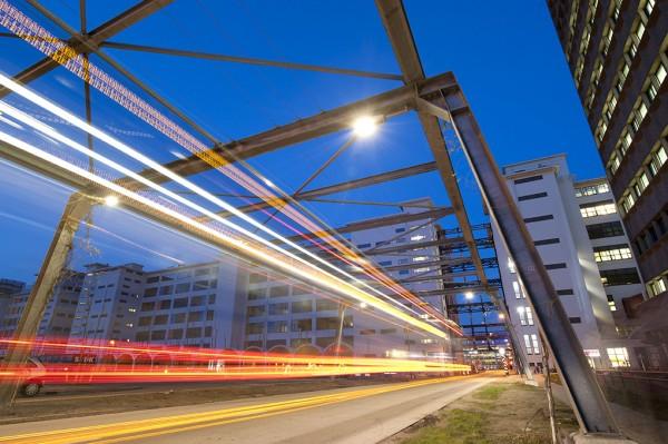 Foto von Straße und Häusern im dunkeln, mit Lichtstrahlen